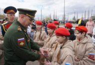 Кульков С.Н., начальник Регионального штаба вручает знаки отличия